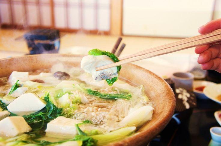 理論上,促成「箸」的誕生,契機應是熟食燙手。先民發明鑽木取火,將食物煮熟後,隨手用樹枝撈取是合理推測,因為原始人類生活在森林和洞穴,最方便的材料是樹枝。從現在筷子的形體來看,它還帶有原始竹木棍棒的特徵。