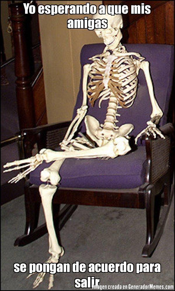 Yo esperando a que mis amigas se pongan de acuerdo para salir  - Meme Calavera esperando