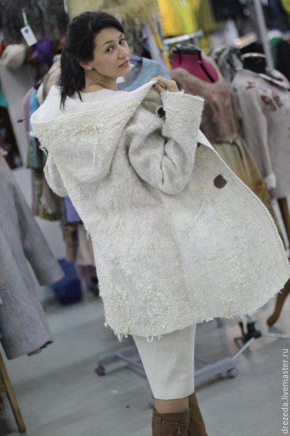 Купить или заказать парка Белая в интернет-магазине на Ярмарке Мастеров. очень комфортная мягкая теплая курточка с капюшоном, на цельноваляной шелковой подкладке. Сваляна из мериноса 21мкр и Блюфейса, декорирована шелком и кудряшками овец породы Машам и Венслидейл, легкая застежка, капюшон затягивается на шнур для защиты в ветреную погоду, удобные карманы. Эта курточка уже нашла свою хозяйку, но возможны вариации на Ваш…
