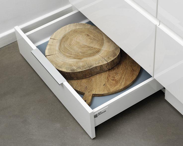 Den rigtige sokkelløsning kan udnytte pladsen optimalt i det lille bykøkken. Hvad enten sokkelskuffen skal give ektra plads under smalle skuffer eller rumme store gryder under ovnen, finder du den rette størrelse hos os.