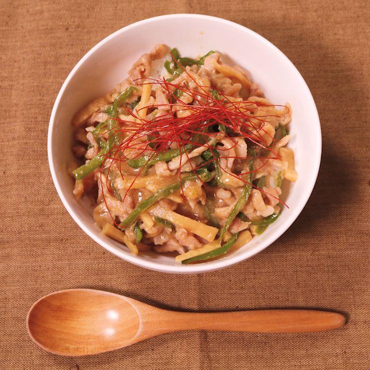 「炊飯器1つで!?チンジャオロース丼風」の作り方を簡単で分かりやすい料理動画で紹介しています。中華の定番!チンジャオロース! 面倒くさがりな方でも、不器用な方でも、大丈夫です。 なんと炊飯器が良い仕事してくれるんです! 具材を切って、混ぜて、スイッチオン!するだけで超簡単にチンジャオロースが出来上がります! ごはんと一緒に丼にして、どうぞ!