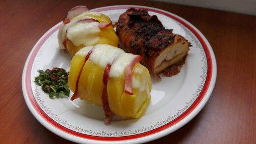 Cartofi evantai si piept de pui invelit in bacon la cuptor