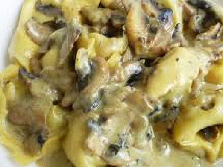 tortellini, champignon, oignon, bière brune, cube de bouillon, huile, parmesan, crême fraîche, moutarde, sel, poivre