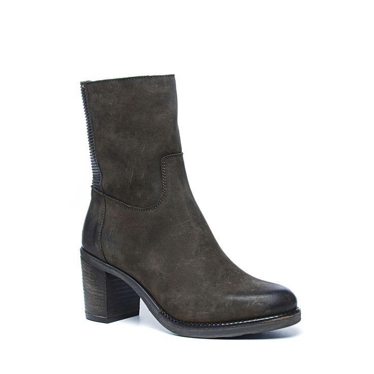 Bruine korte laarzen met hak nubuck  Description: De perfecte bruine korte laarzen met hak! De laarzen zijn van het merk Manfield. Bijzonder aan dit model is het patroon aan de achterzijde van de schoen dit maakt de laarzen nét iets specialer. De laars heeft een hakhoogte van 75 cm. De buitenzijde van de schoen is van nubuck en de binnenzijde van leer.  Price: 129.99  Meer informatie  #manfield