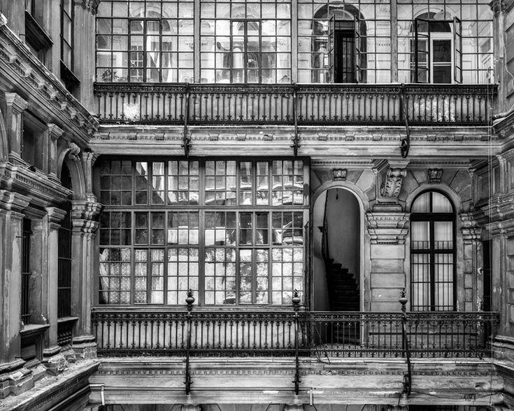 Sebestyén László az egykor szebb napokat is megélt budapesti épületek udvarát fotózta le.