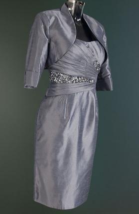 Deze cocktailset (cocktailjurk plus bolero) is erg gewild bij de moeder van de bruid. Elegant, ingehouden design in een bijzondere kleur met een prachtige steentjes decoratie. €225