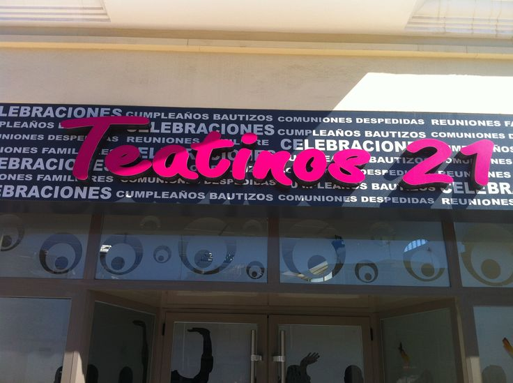 Tipografía vista en un local de celebraciones de eventos en la zona de Teatinos (Málaga). Usa un tipo de letra sin serif, rellena y en un color resaltante sobre un fondo embarullado de palabras que le da, a mi parecer, un simbolismo moderno y atractivo.