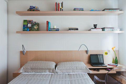 10. As instalações elétricas das luminárias e da tomada que abastece o notebook fcam escondidas atrás da marcenaria da cabeceira.