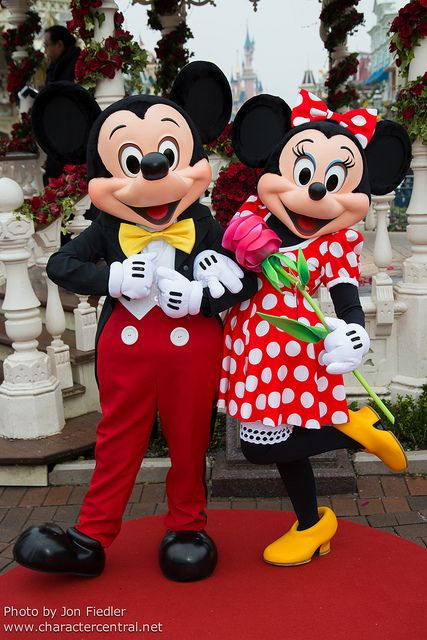 Mickey and Minnie celebrate Valentines Day WHERE'S HER SPECIAL DRESS????