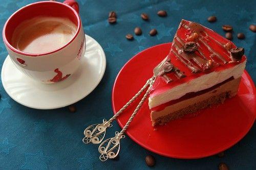 Очень вкусный торт, для тех кто любит кофе, так же как люблю его я) Клюквенная прослойка выгодно оттенила ванильный и кофейный муссы. торт придумала и воплотила, для дорогого гостя из прекрасного города Одессы! Надо: для бисквита: 1 яйцо 50 г сахара 30 г муки 30 г. крахмала кукурузного 1ст.л.…