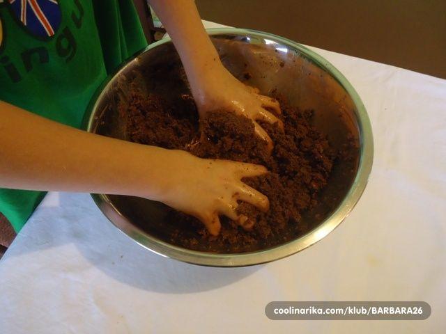 Naziv dobio po tome jer se sastojci izlome i zgnječe rukama tako da smjesa nalik na blato. Super se formira i jako je finog okusa.