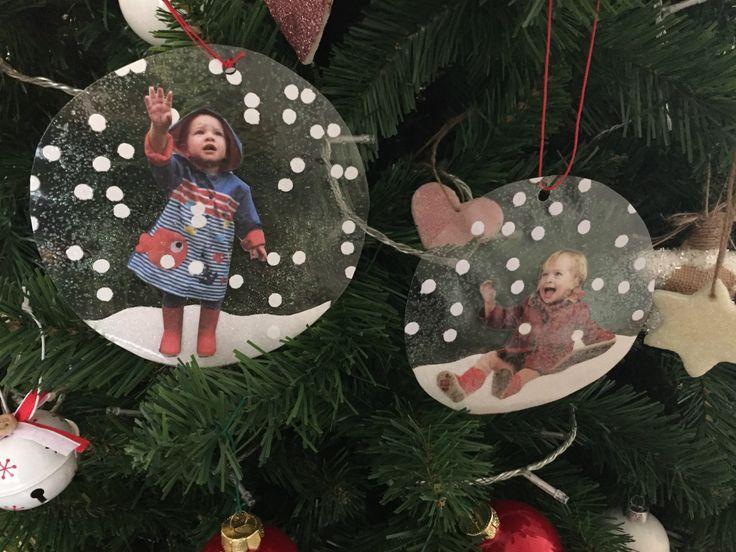 Per me questa Palla di neve con foto è semplicemente adorabile! Un addobbo davvero speciale per il nostro albero di Natale! Un modo alternativo e simpatico di incorniciare una fotografia e perfetto come regalino per i nonni! Scopri come realizzarla!