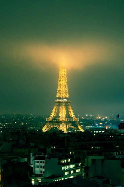 One day I will kiss my love under the Eiffel Tower<3