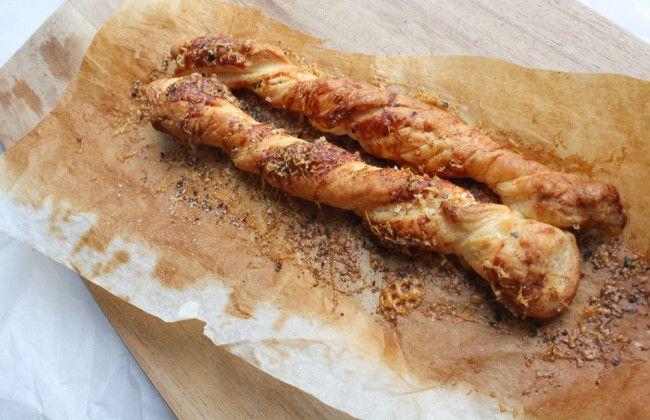 Broodstengels van bladerdeeg met kaas. Leuk en makkelijk om te maken van restjes bladerdeeg.Heerlijk bij de soep! Receptje: www.vertruffelijk.nl