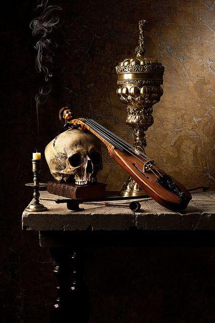 Vanitas met viool en kaars. De schedel staat voor sterfelijkheid. De kaars staat voor sterfelijkheid en verwelking: de kaars brandt, totdat hij opgaat. De viool staat voor muziek.