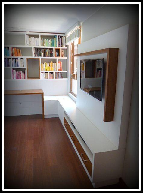 Proyecto de panel TV con cajoneras inferiores, escritorio y biblioteca.