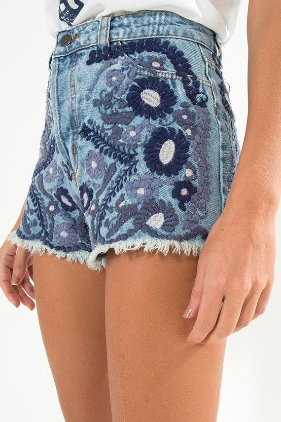 short jeans bordado flor   FARM                                                                                                                                                                                 Mais