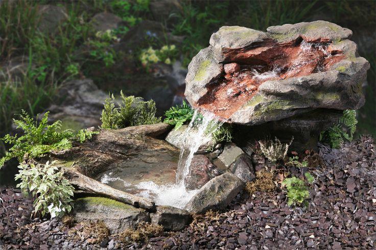 Utsuri Bergstroom Waterval   Zorg voor een kalmerende atmosfeer in uw tuin, met dit mooie waterelement. Relax bij het geluid van vallend water als het naar beneden stroomt om een waterval te maken.      Eigenschappen:  Gemaakt van uv- en vorstbestendig kunsthars met st