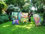 Een boerderij vol prachtige kunst aan de rand van Emmeloord (naast Intratuin). Bezoek de diverse tuinkamers in de 7000 m2 grote en prachtige galerie-tuin. Er is eigen werk in diverse technieken te zien, o.a. acryl-aquarel en glasschilderkunst. Er worden glassculpturen geëxposeerd. In de tuin zijn prachtige gedichten bij de schilderijen te vinden.