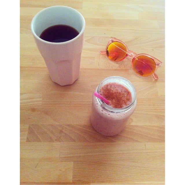   Breakfast in pink    #goodmorning #coffeelovers #breakfast #coffeetime #emblemeyewear #smoothie #eerevokeycat