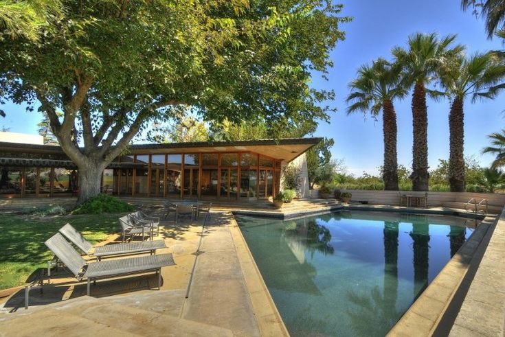 Gorgeous Frank Lloyd Wright home. Love his Modern touch and clean lines he uses in his design.