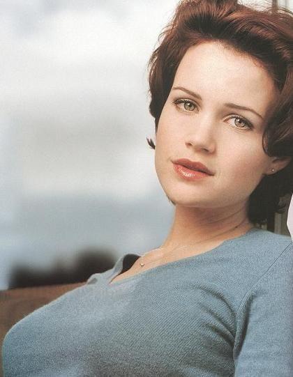 美しい瞳の持ち主カーラ・グギノ