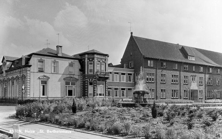 Asten,  Koningsplein met Huize Bartholomeus op nr 1. Links op de hoek met de Julianastraat de villa van Johan Bluijssen. Jos Pé (fotograaf) 1950 - 1960