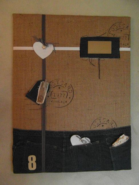 Stoer memobord van jute met daarop een stuk spijkerbroek. In de zakken kunnen spullejtes gestopt worden en in het jute mooie herinneringen geprikt.  -