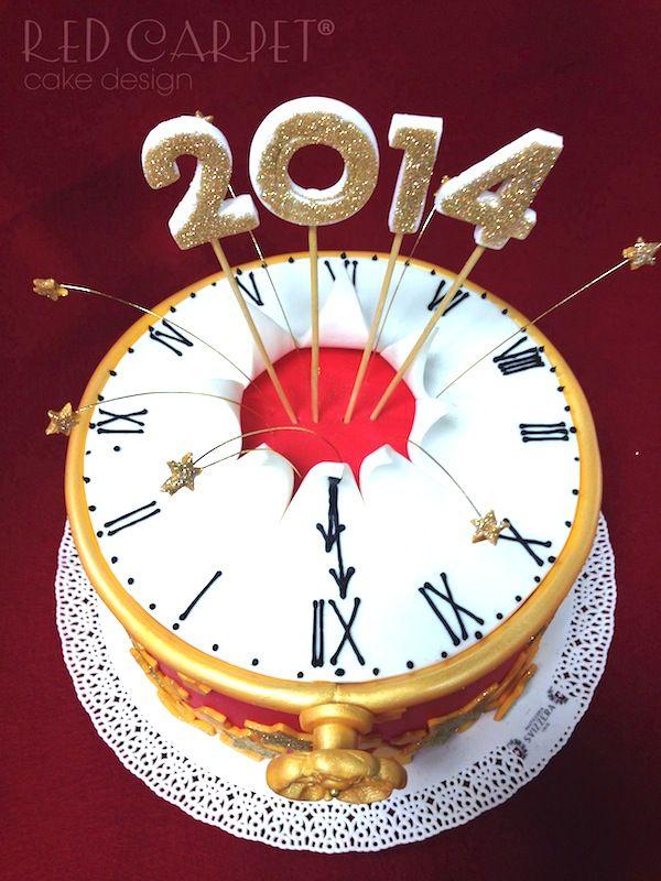 La Torta Capodanno è decorata con bottiglie spumeggianti, orologi che segnano lo scoccare della mezzanotte, fuochi d'artificio e l'anno nuovo versione bebè!