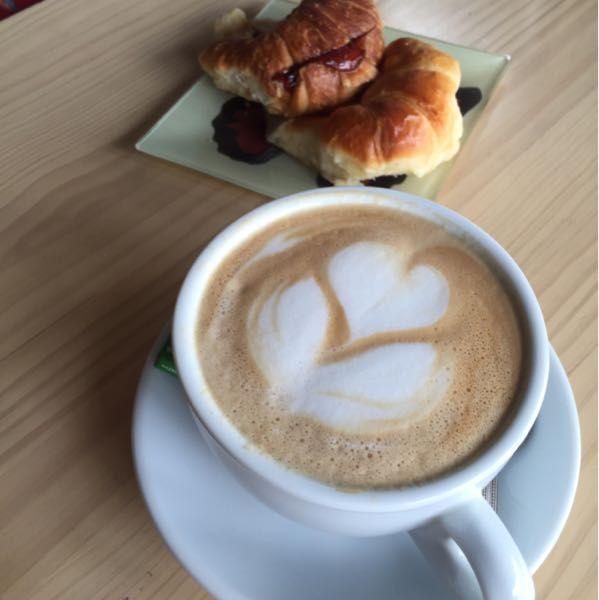 Shoopi - Descubre tu ciudad - Café Latte con media luna - $2500 - Butterfly Coffee