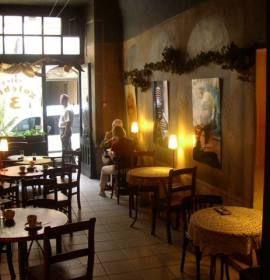 Cafe Gołębia 3 to sympatyczna i elegancka kawiarnia świetnej lokalizacji, w samym sercu Krakowa.