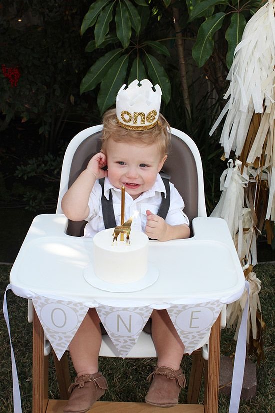 safari themed first birthday party. love the neutral color palette and that mini cake. #firstbirthdayparty