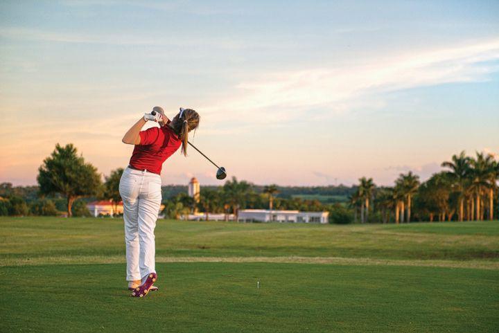 O clube de golfe do Wish tem à disposição tacos e sapatos de golfe para aluguel, bar de campo e aulas com profissionais qualificados.
