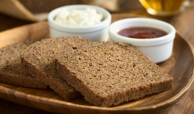 Jeżeli choć raz w życiu byłeś na diecie, to na pewno w twoim jadłospisie pojawił się pumpernikiel. Jest to chleb, który powstaje na zakwasie, wypieka się go z mąki żytniej i jest przeznaczony właśnie dla