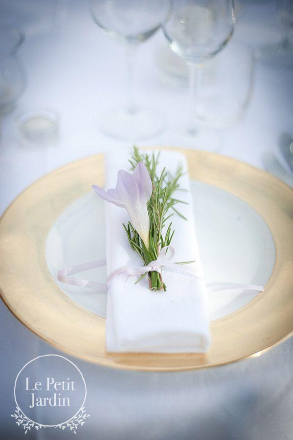 Fiore segnaposto: una fresia e un rametto di rosmarino, legato al tovagliolo con un nastro che riprende il fiore.