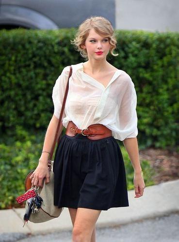 私服もお洒落だと有名なテイラー。彼女独特の「レトロガーリーファッション」を真似したいっていう女の子が沢山います!シンプルなもの〜大胆カラフルなものまである私服スナップを参考に、この夏のコーディネートはテイラー風で決まりっ☆