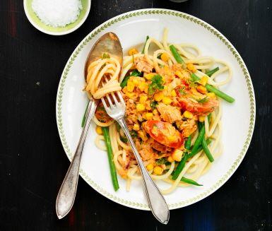 Krämig pastarätt med tonfisk och mycket grönsaker. Rödlök, haricots verts och persilja bidrar inte bara med god smak och mycket färg till den här rätten utan även med fibrer och vitaminer i stora mängder!