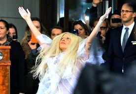 """6-Dec-2013 19:38 - LADY GAGA ROOKT WIET OM TE VERGETEN WIE ZE IS. Lady Gaga heeft op televisie een promopraatje gehouden voor het gebruik van marihuana. In een interview met Channel 4 zei de zangeres dat ze wiet rookt om haar roem te vergeten. """"Ik neem een trekje van een joint en dan vergeet ik alles om heen. Ik voel me dan weer helemaal 17, toen ik in mijn witte go-go laarzen op zoek was naar een baan"""", lacht ze. """"Blowen maakte me creatief. Het werkt erg bevrijdend. """"..."""