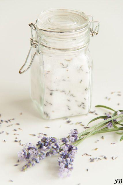 Lavendelsuiker     Voor het recept van de abrikozentaart met walnoten en lavendel kocht ik een hele zak gedroogde lavendelbloemetjes bij D...