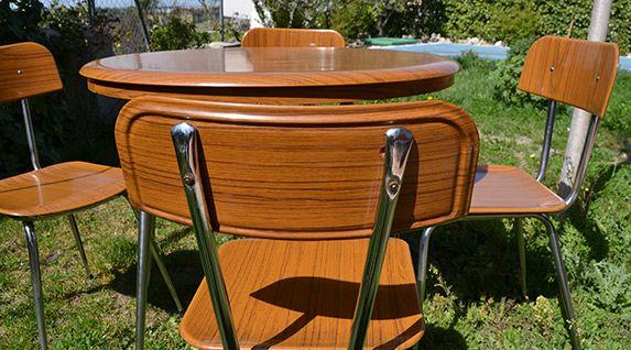Conjunto de mesa y cuatro sillas de cocina en formica veteada. Años 60-70. Restaurada. EN VENTA. 280€.