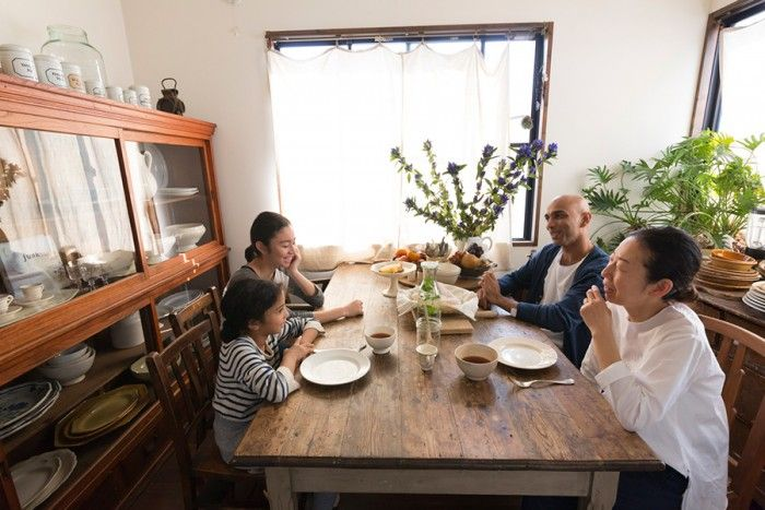 家族が集うダイニング。フランスのアンティークのテーブルは、脚をカットして高さを調節した。
