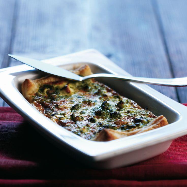 Feta-pinaattipiirakka saa rapean pohjan lehtitaikinasta. Suolainen piirakka sopii salaatin kanssa lounaksi tai sellaisenaan kahvin kanssa.