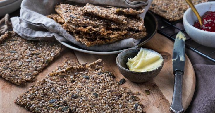 Det er lett å lage knasende, gode knekkebrød og det smaker utrolig godt sammen med syltetøy eller ost! Enkel og god oppskrift på hjemmelaget knekkebrød som gir ca 36 knekkebrød