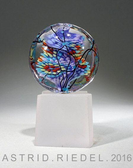 Linse geformt fokale Glasperle.  Jedes Korn mache ich ist einzigartig und nie finden Sie andern mag es, erstelle ich aus meinem Herzen. Ich nehme Vergnügen in der Kombination von Farbe, Form und Design, etwas zu schaffen, die das Auge erfreut und auch fügt einen Hauch von Einzigartigkeit, Ihre Persönlichkeit zu definieren.  Abmessungen +/-38 mm x 18 mm tief,  Bitte lesen Sie Ihre Perlen unter gutem Licht oder heraus in der Sonne, meine Perlen sind unter natürlichem Tageslicht oder Hallo...