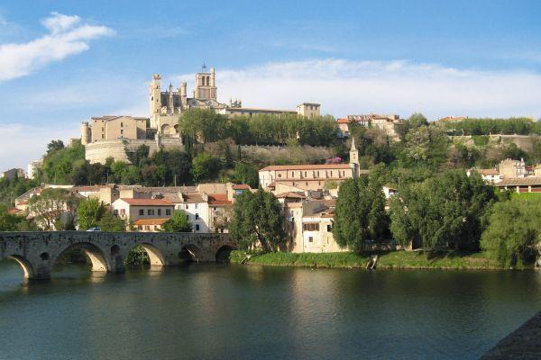 Tourisme fluvial dans la ville de Béziers. Location de bateau sans permis.