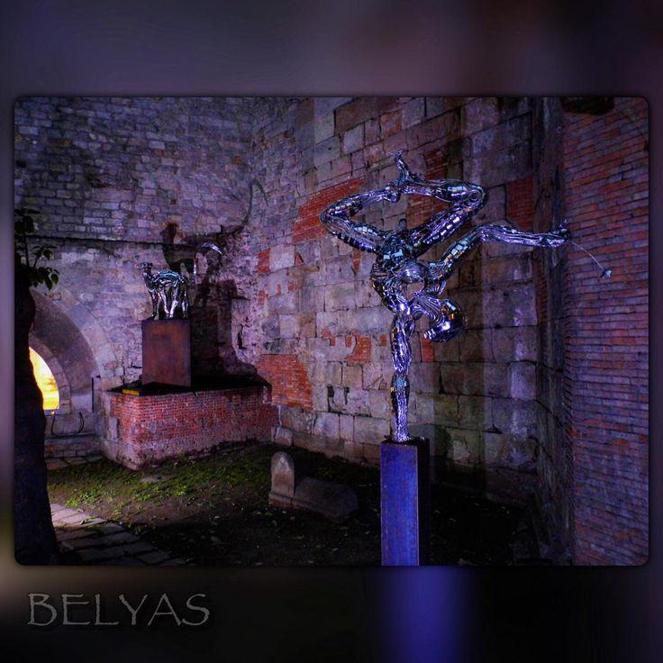 Мне не нравятся сами скульптуры. Уродство редкостное. Если бы не сочетание со стенами старого города, в которых эти кривые блестящие фигуры становятся очень даже уместны. #гдетовевропе #площадьукостёла #уличнаяскульптура #belyas #ночь #подсветка #путешествия #прогулки