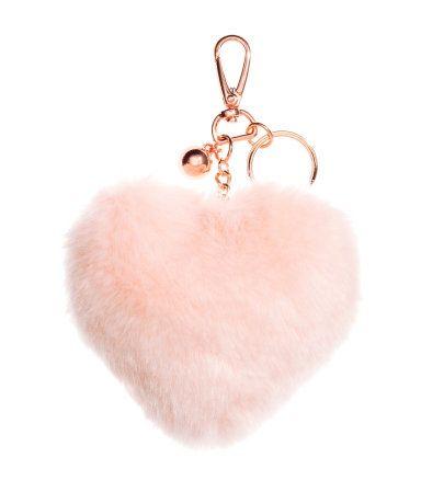Açık pembe. Metal ve plastikten, karabinalı, dekoratif uçlu anahtarlık. Kalp şeklinde dolgulu taklit kürk süslü. Uzunluk 16 cm.