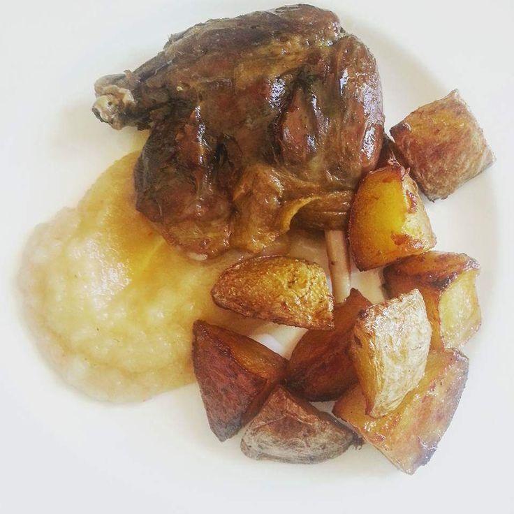 Anatra confite, patate al grasso d'anatrae salsa di mele – di Louise Pénaud Tutto inizia con una scatola di confit de canard (anatra cotta a bassa temperatura nel suo grasso per ore). S…
