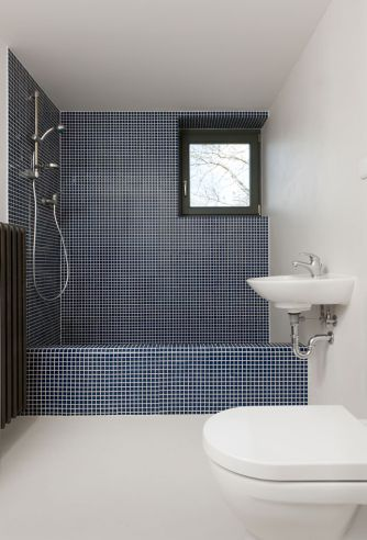 Love the blue. Would be awesome with white tiles on the floor and wall.