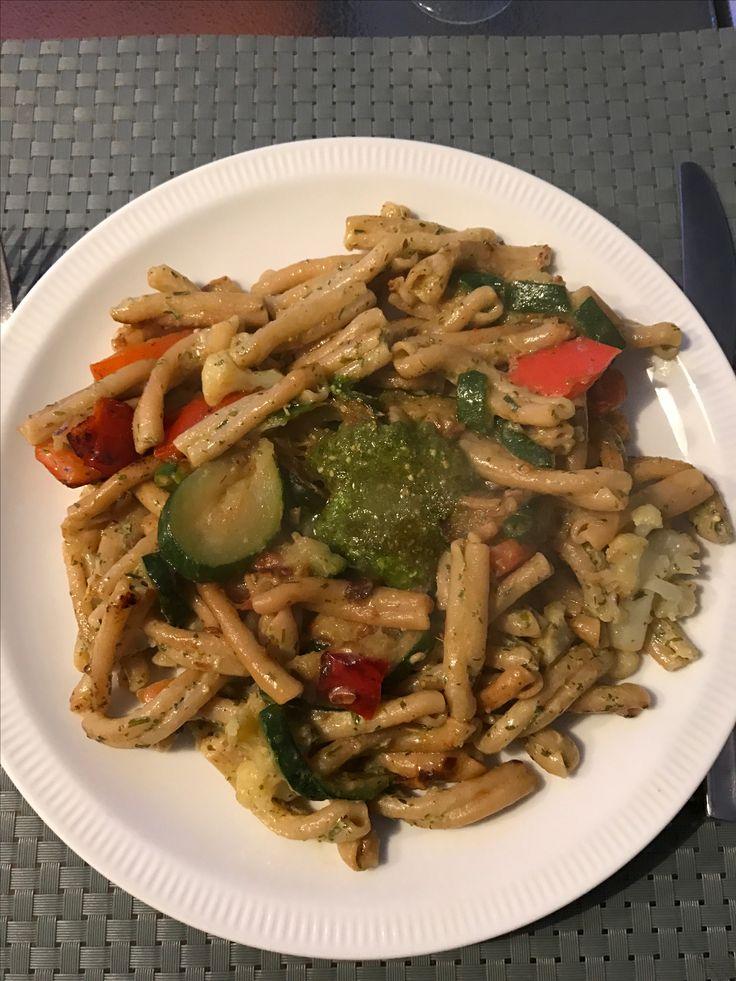 Romige pasta pesto met groenten en kruidenroomkaas.